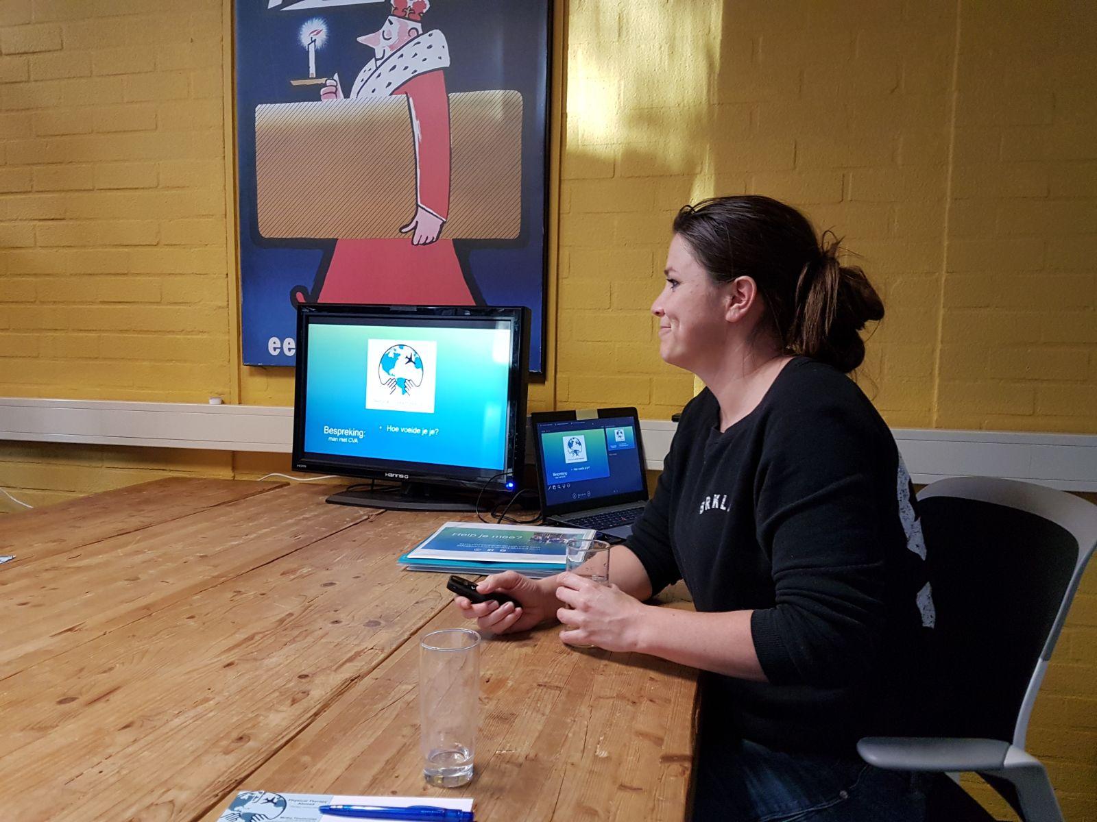 Mirthe vertelt tijdens informatiebijeenkomst voor fysiotherapeuten