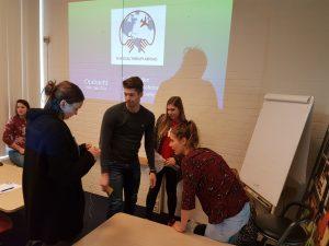 Studenten en professionals werken samen tijdens bijeenkomst