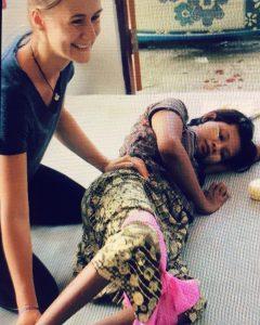 Malou (fysiotherapeute) mobiliseert meisje