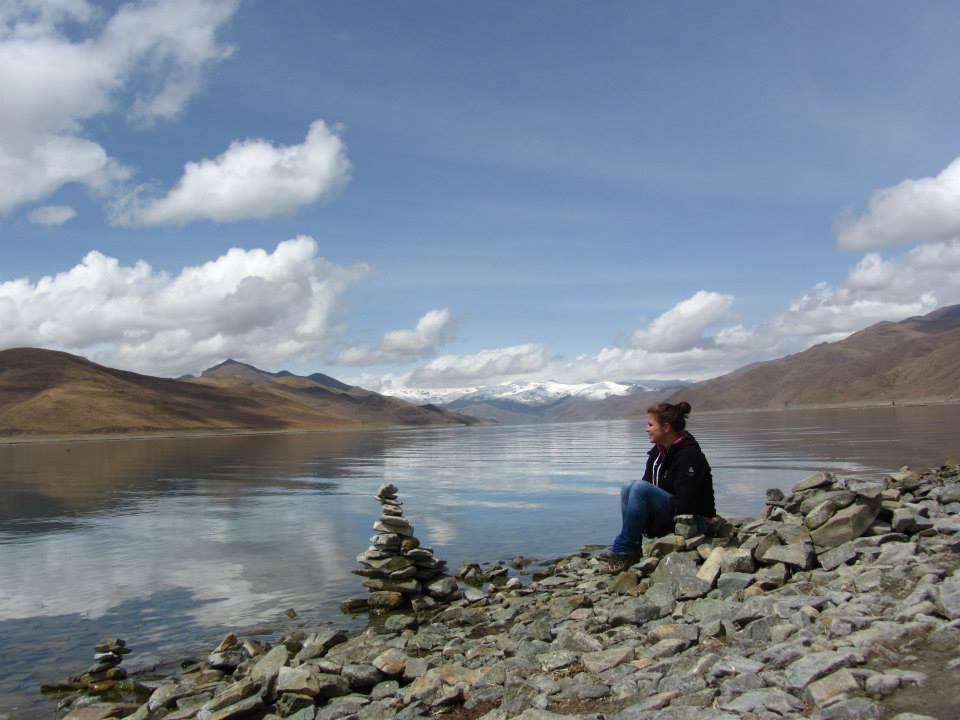 Mirthe bij gebedsstenen Tibet