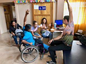Vrijwilligers aan het oefenen met patiënt