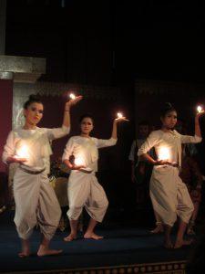 Jonge Cambodjanen tijdens cultuurshow